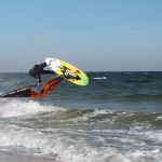 Windsurfer springt über eine Welle auf Sylt