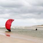 Kitesurfer startet einen Kite aus dem Wasser auf Sylt