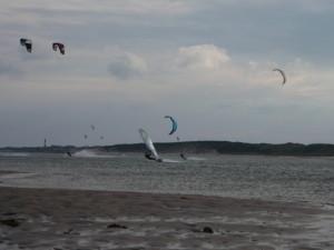 Surfer auf dem Wattenmeer an der Nordsee