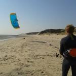 Ihren Kite am blauem Himmel