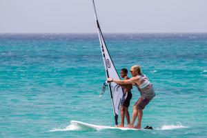 Mit Windsurfen Kinder glücklich machen.